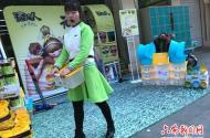 六安女大学生街头卖方便面 参与社会实践辛苦并快乐着
